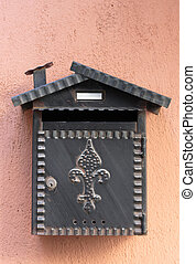 Der alte Briefkasten an der Wand.