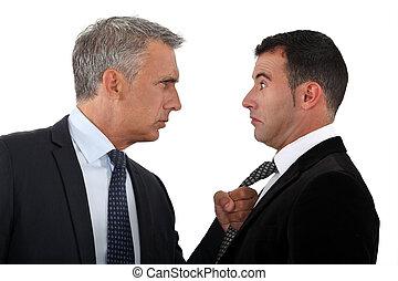 Der Boss bedroht den Angestellten