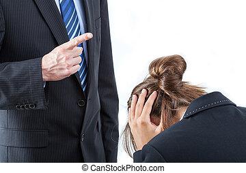 Der Boss bedroht seinen Angestellten.