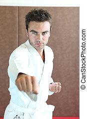 Der Mann übt Kampfkunst