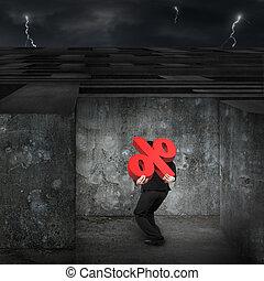 Der Mann, der rote Prozentzeichen trägt, kommt in ein riesiges Labyrinth mit Dunkelheit.