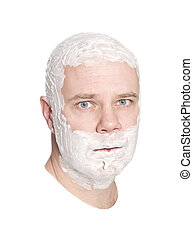 Der Mann rasiert sich den Kopf
