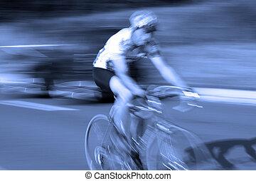 Der Radfahrer mit Bewegungsschwimmen