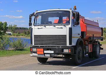 Der Tankwagen fährt auf dem Highway.