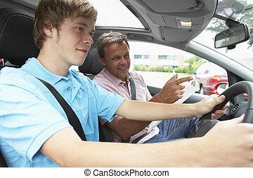 Der Teenager macht eine Fahrstunde