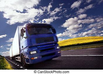 Der Truck fährt in der Dämmerung/Motion verschwommen