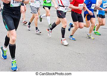 Detail der Beine der Läufer zu Beginn eines Marathonrennens