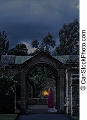 Die Dame im Schlossgarten.