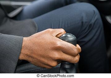 Die Hand wechselt beim Autofahren.
