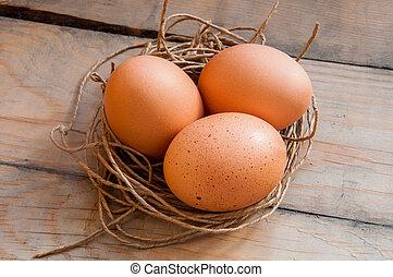 Drei Eier in einem Fadennest.