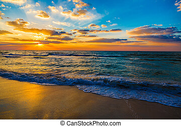 Dubai Meer und Strand, schöner Sonnenuntergang am Strand