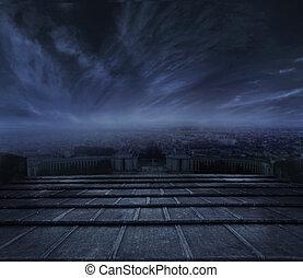 Dunkle Wolken über dem städtischen Hintergrund