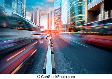 Dynamische Straße in der modernen Stadt.