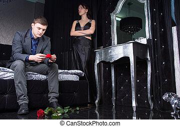 Ehepaar mit Rosen vor Ort.