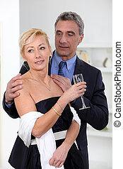 Ehepaar trinkt Champagner