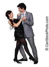 Ein Ehepaar, das zusammen tanzt.
