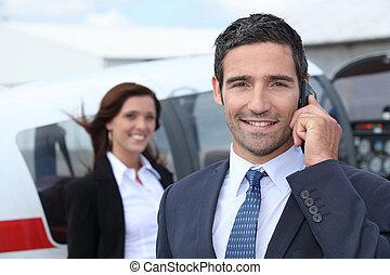 Ein erfolgreicher Geschäftsmann am Flughafen