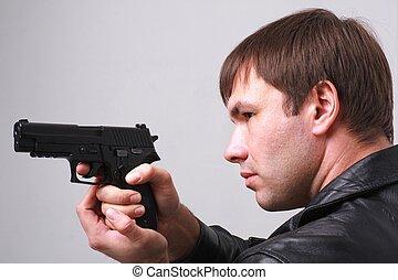 Ein ernster Mann mit einer Waffe