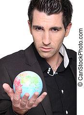 Ein ernster Mann mit Globus