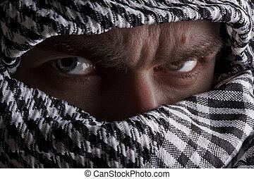 Ein ernsthafter Mann aus dem Mittleren Osten, der auf dich schaut.