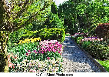 Ein farbenfroher Landschaftsgarten.