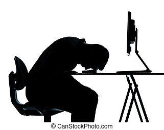 Ein Geschäftsmann hat einen Computer, der schläft müde