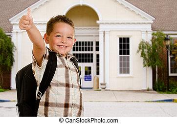 Ein glückliches Kind vor der Schule