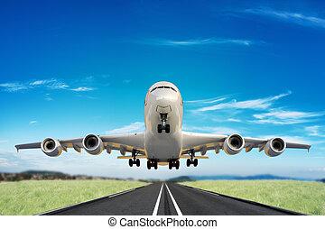 Ein großer Jet startet die Landebahn