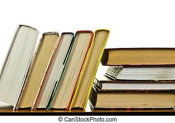 Ein Haufen Bücher auf dem Tisch.