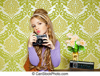 Ein Hip-Retro-Mädchen, das Foto auf der klassischen Kamera dreht