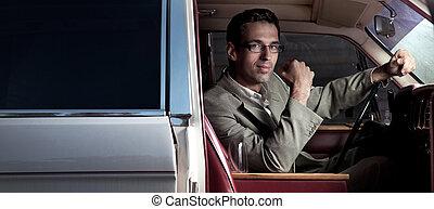Ein junger Mann im Auto