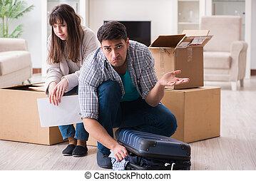 Ein junges Paar, das einen Brief per Brief erhält.