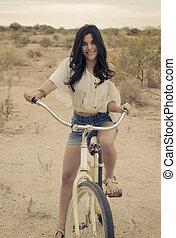 Ein kalifornisches Mädchen mit dem Fahrrad