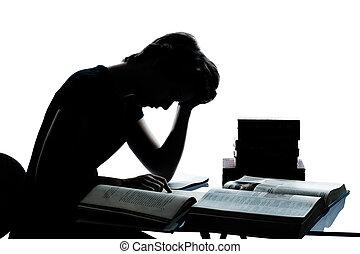 Ein kaukasischer Teenager, ein Mädchen, das müde liest und Bücher im Studio liest, isoliert auf weißem Hintergrund