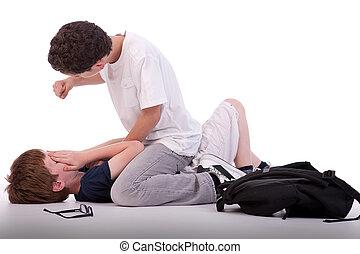 Ein Kind, das auf dem Boden weint, wird von einem Teenager geschlagen, isoliert auf weiß, Studioaufnahmen.