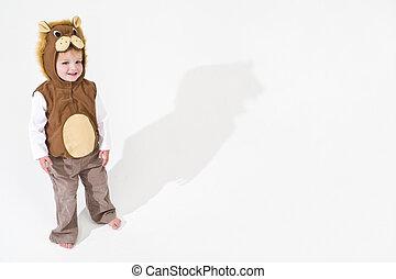 Ein Kind in einem Löwenkostüm