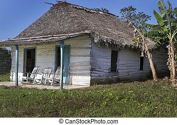 Ein kleines Wohnheim auf Kuba mit Schaukelstühlen