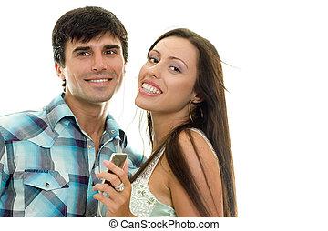 Ein lächelndes Paar, das gemeinsam Musik genießt.