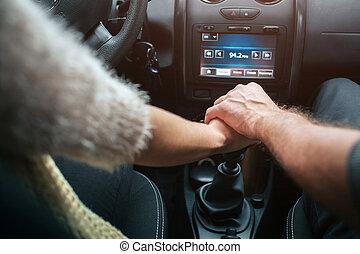 Im auto händchenhalten Er nimmt