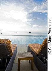 Ein luxuriöser Swimmingpoolhafen aus trinidad karibischer See