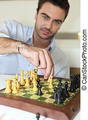 Ein Mann, der Schach spielt