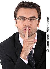 Ein Mann, der um Schweigen bittet