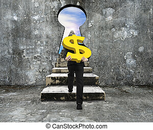 Ein Mann mit goldenem Dollar Schild, der die Betontreppe zum Schlüsselloch hinaufklettert.