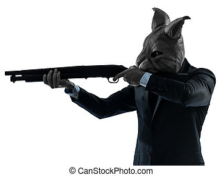 Ein Mann mit Hasenmaske auf der Jagd mit Schrotkugelnporträt