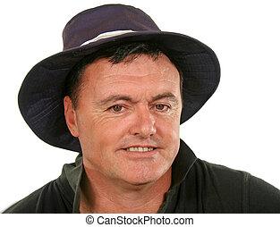 Ein Mann mit Hut lächelt
