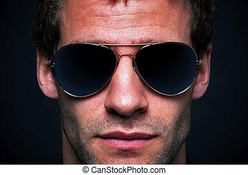 Ein Mann mit Sonnenbrille.