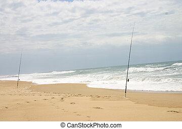 Ein paar Angelruten am Strand