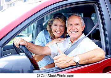 Ein Paar im Auto