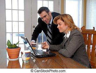 Ein Paar mit Laptop
