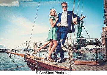Ein reiches Paar auf einer Luxus-Yacht.